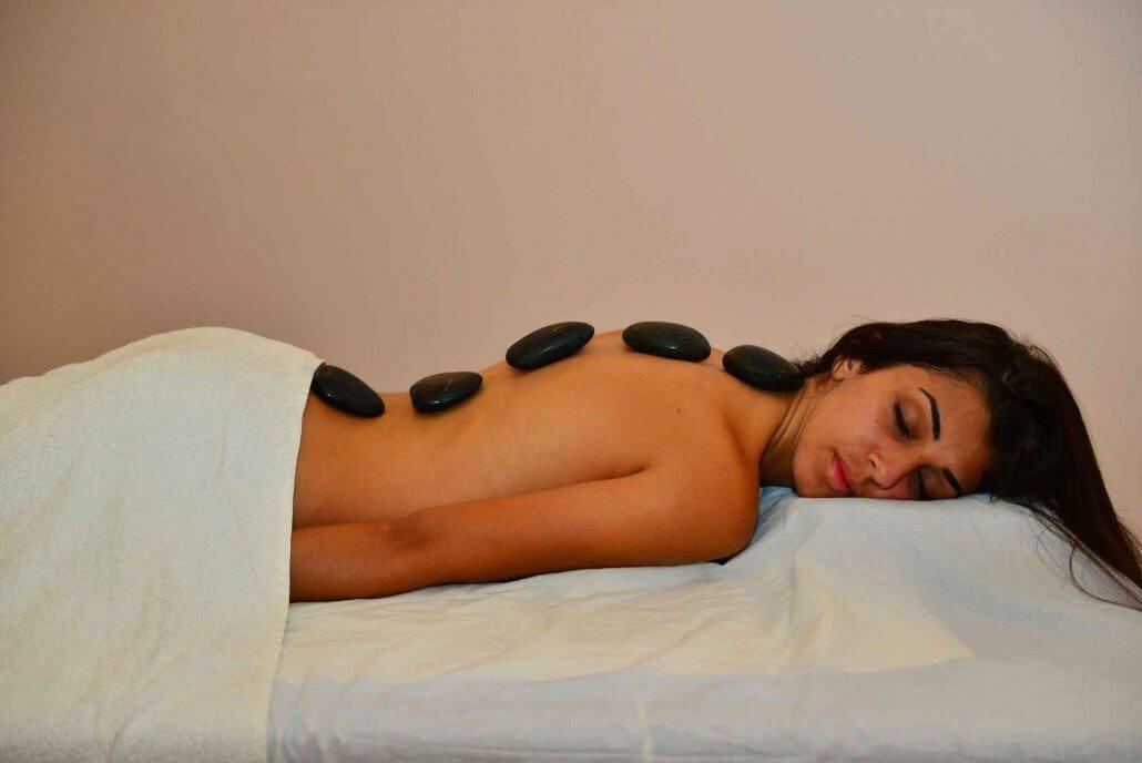 עיסוי באבנים חמות וארומתרפיה