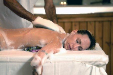 קרצוף בסבון וצמחים לגוף
