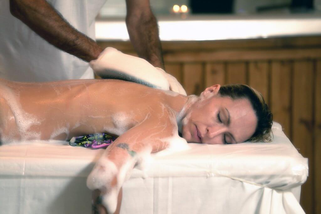 קרצוף בסבון וצמחים לגוף סדרת טיפול אנטי צלוליט